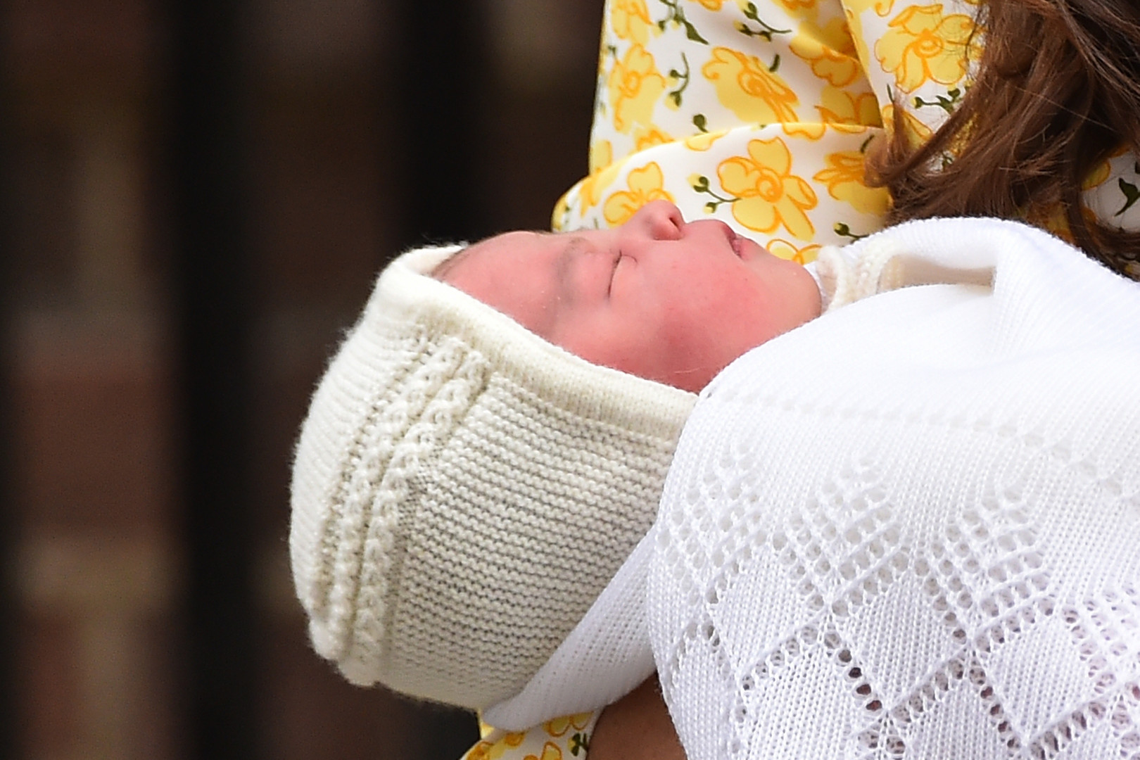 Elle a pris le titre de princesse de Cambridge et est 4e dans l'ordre de succession au trône