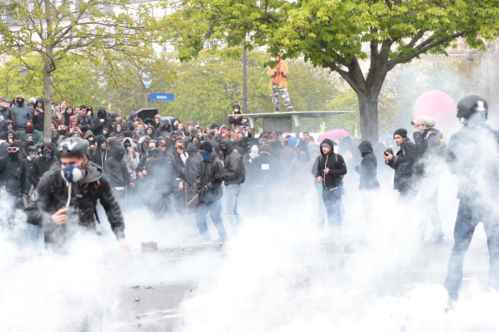 Des projectiles lancés sur la police et des gaz lacrymogènes lancés en réplique place de la Nation à Paris