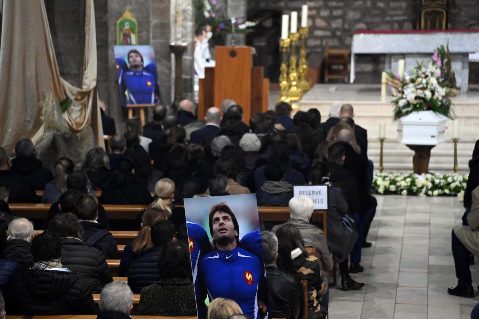 4 décembre : le cercueil de Christophe Dominici, décédé 10 jours plus tôt, dans l'église de Hyères (Var)