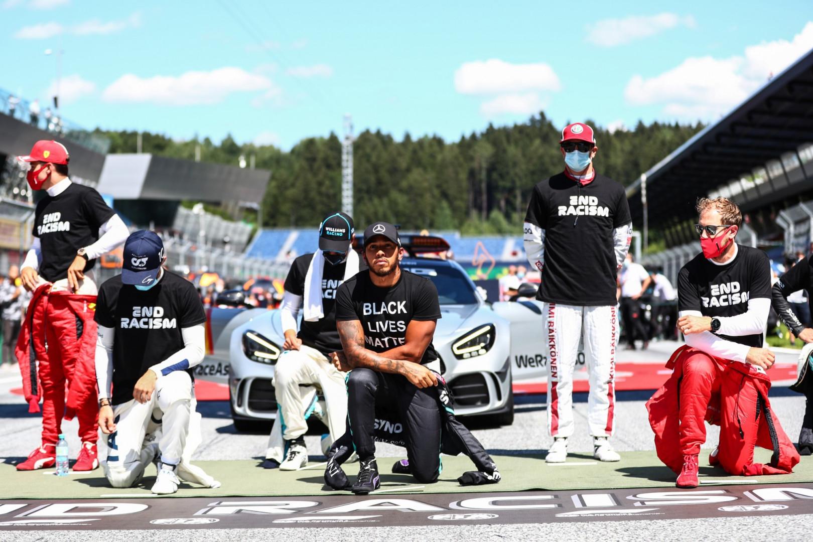 5 juillet : 14 pilotes, dont Lewis Hamilton, posent un genou à terre avant le GP d'Autriche de F1