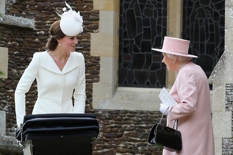 Kate Middleton en compagnie de la reine Elizabeth II, au baptême de la princesse Charlotte