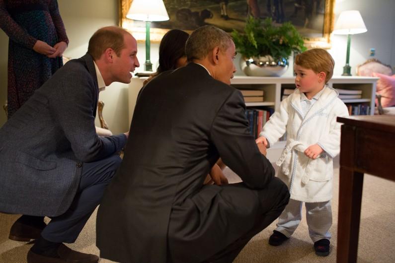 Le prince George salue le président Obama en peignoir le 22 avril