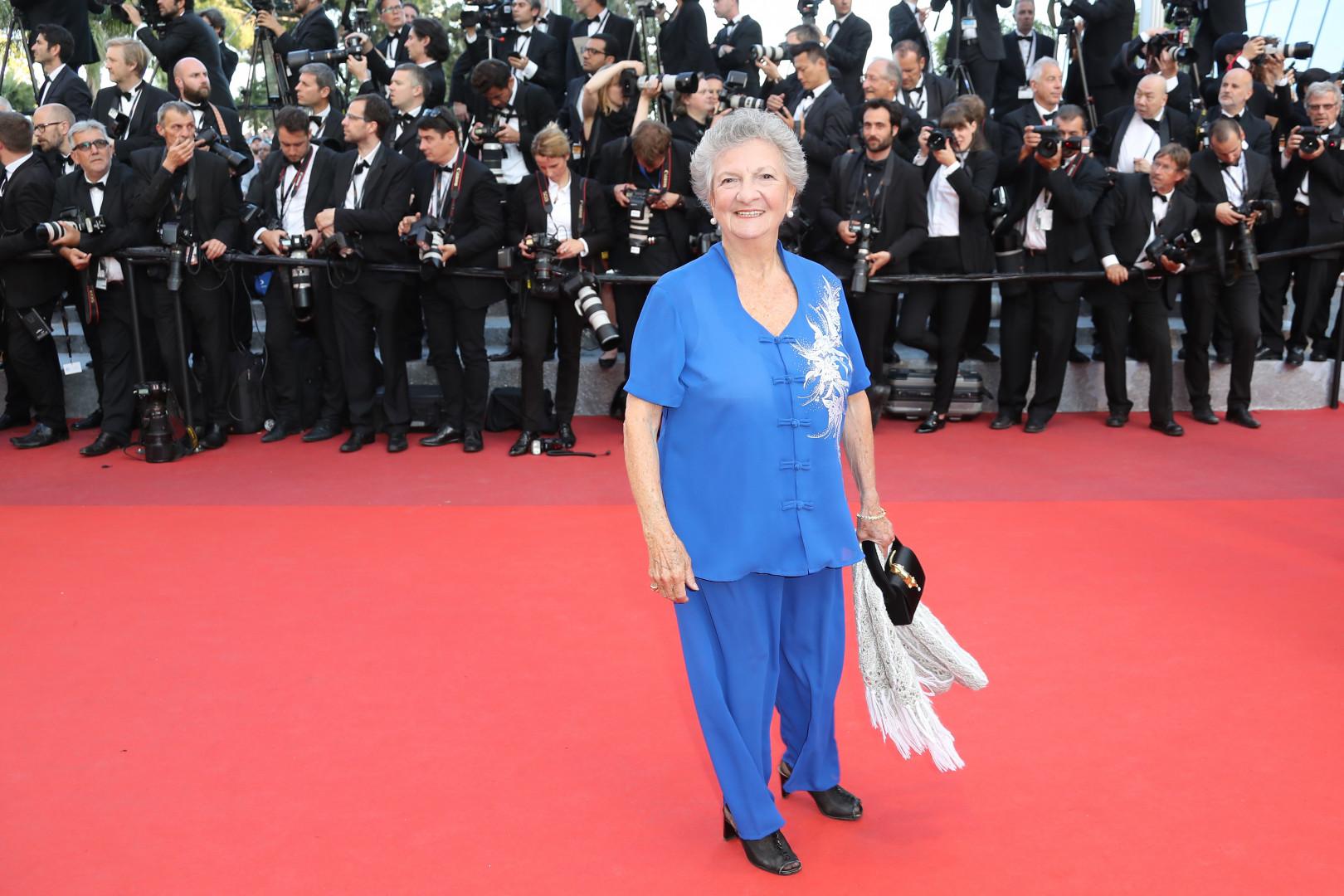 Marthe Villalonga, tout en bleu, sur les marches de la 69e édition du Festival de Cannes 2016.