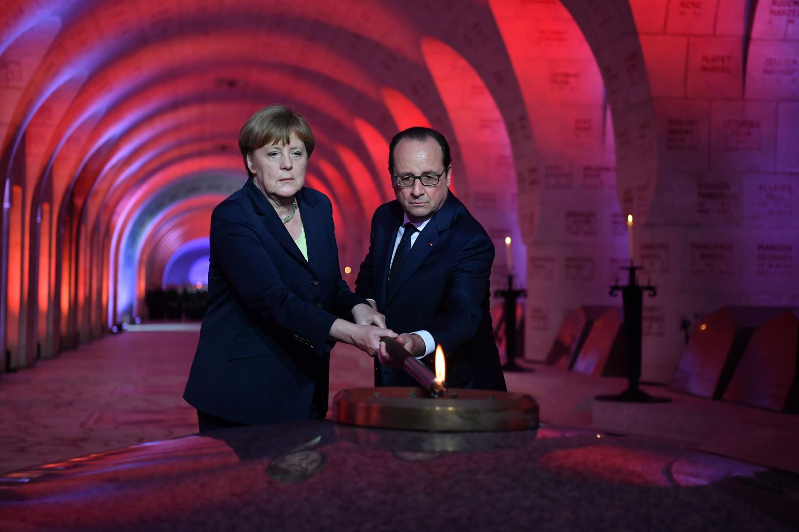 La chancelière allemande et le président français ont allumé la flamme à l'Ossuaire de Douaumont