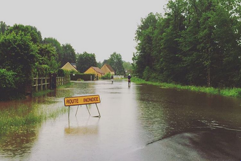 Une route inondée dans l'Yonne, le 31 mai 2016