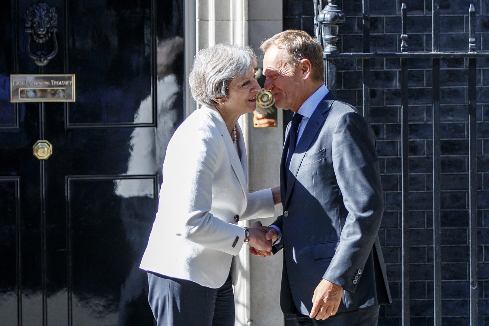 29 mars 2017: le président du Conseil européen Donald Tusk reçoit la lettre de la Première ministre britannique Theresa May activant l'article 50 du traité de Lisbonne: le processus du Brexit est officiellement enclenché