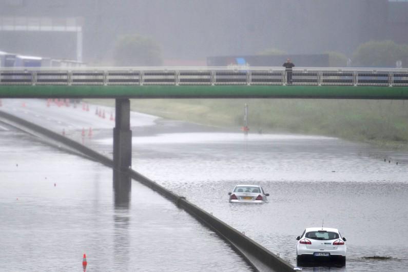 L'autoroute A10 sous les eaux à Saran (Loiret) après de fortes pluies, le 31 mai 2016