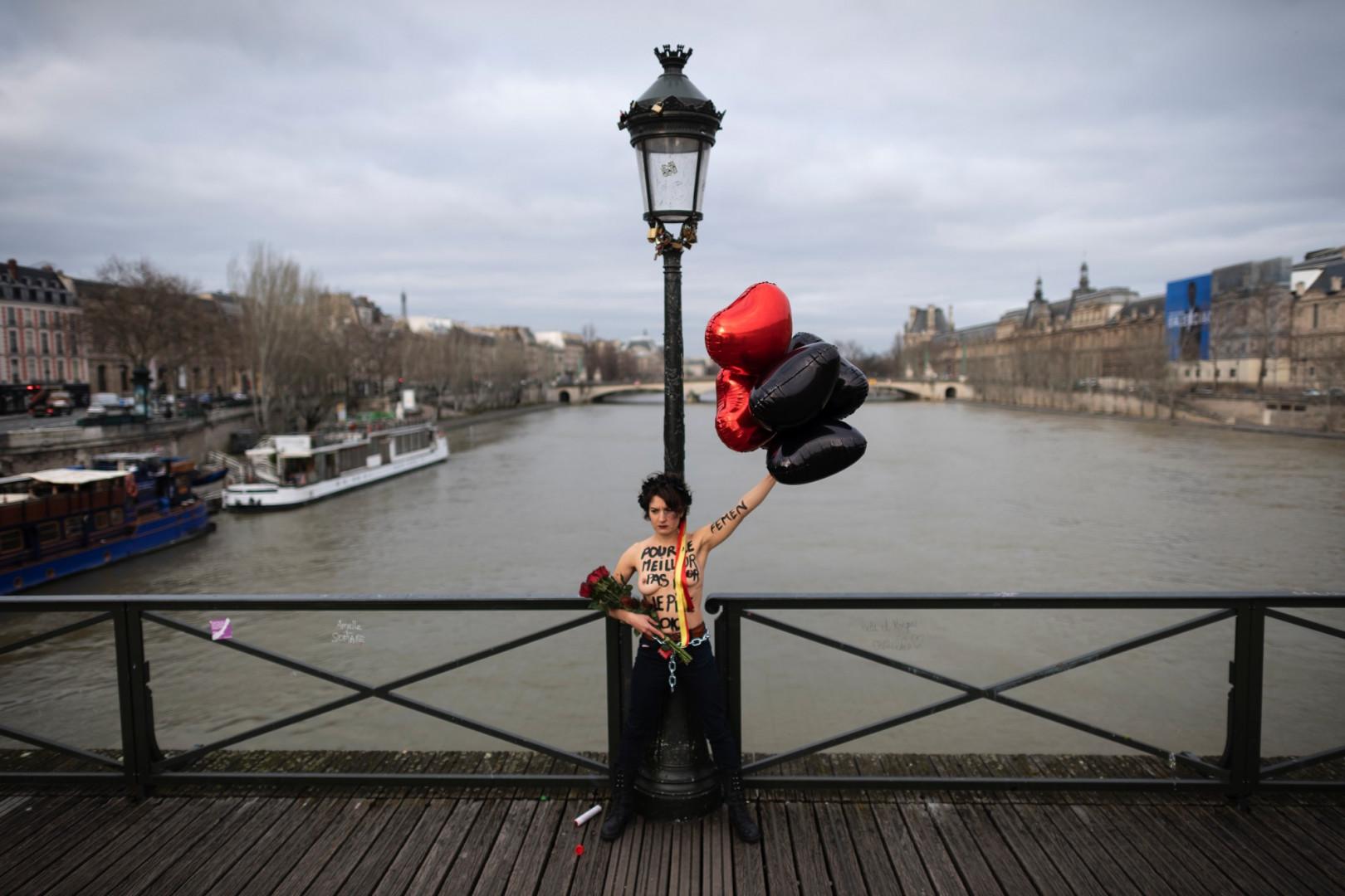 Des Femen se sont enchaînées au Pont des Arts à Paris ce vendredi