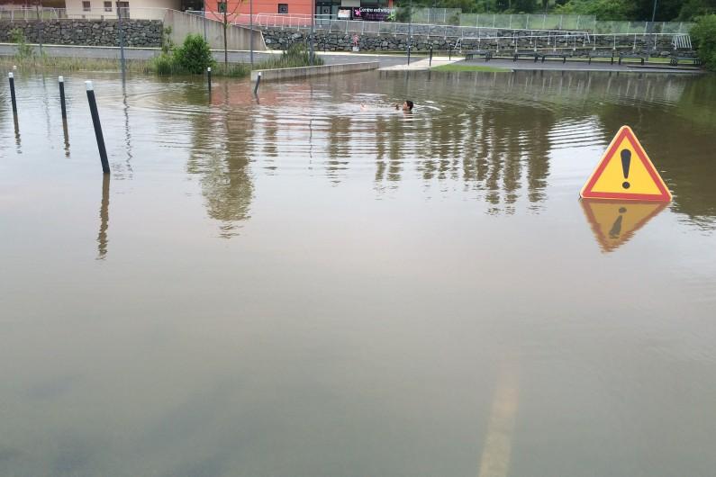 Un habitant se baigne dans l'eau du parking à Monts (Indre-et-Loire) le 2 juin