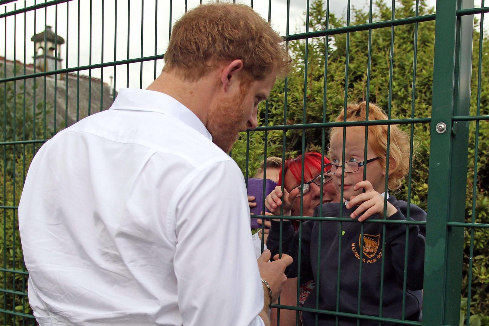 Le prince Harry courtisée par une petite fille, le 21 juin 2016