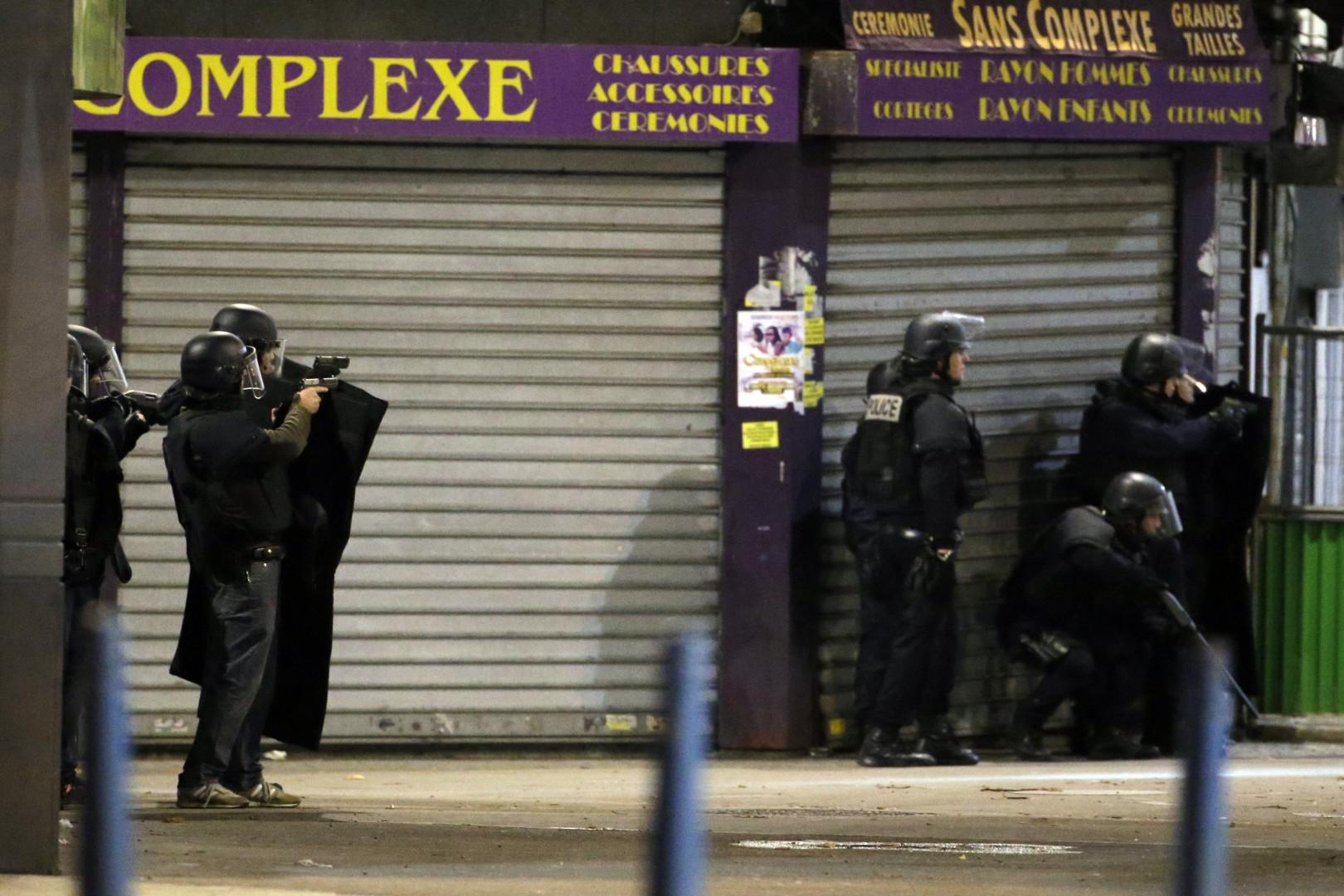 Des policiers effectuant des perquisitions dans Saint-Denis