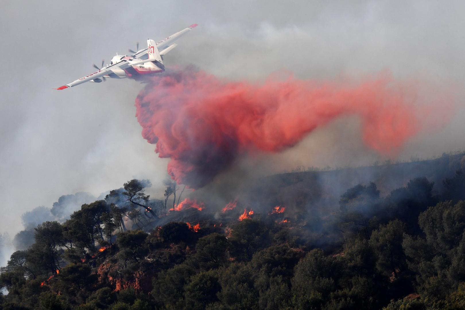 Un Canadair en action au-dessus d'un feu de forêt déclaré au nord de Marseille