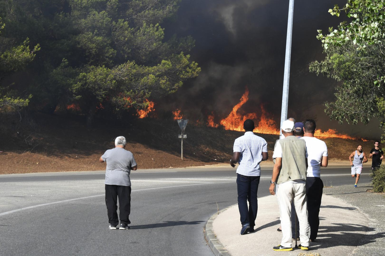 Les habitants impuissants face aux flammes qui sévissent à proximité des communes