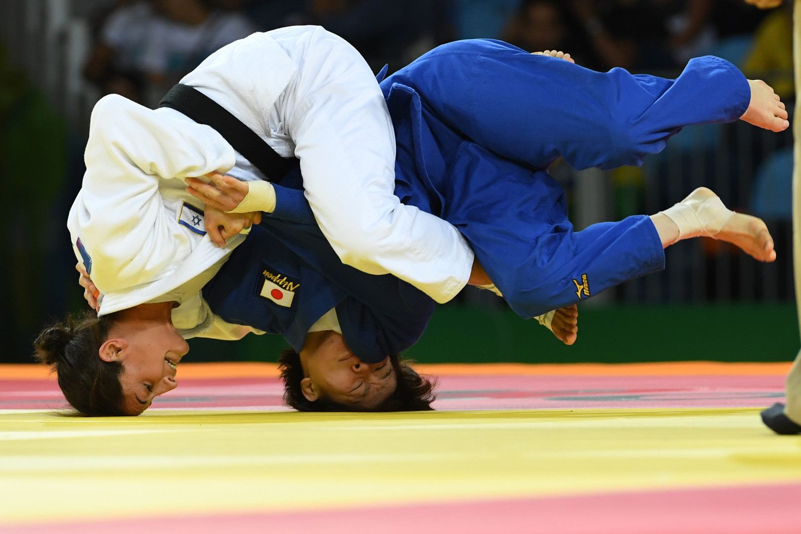 La judokate israélienne Yarden Gerbi et la japonaise Miku Tashiro se battent pour la médaille de bronze dans les moins de 63 kilos. C'est l'Israélienne qui a finalement remporté la médaille d'or.