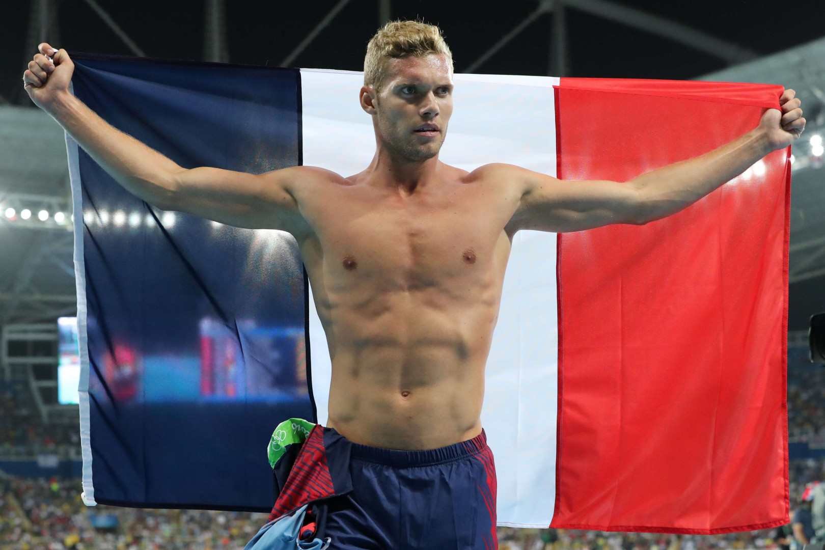 Kevin Mayer brandit le drapeau français après avoir décroché la médaille d'argent du décathlon