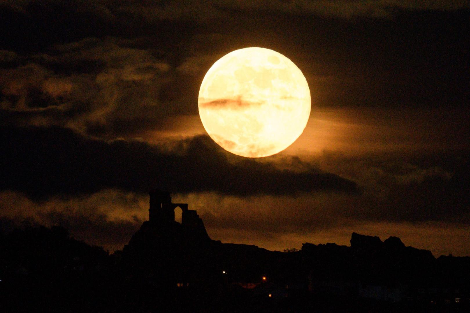 """Une """"super Lune"""" s'élève au-dessus du château de Mow Cop près de Stoke-on-Trent, dans le centre de l'Angleterre, le 7 mai 2020."""