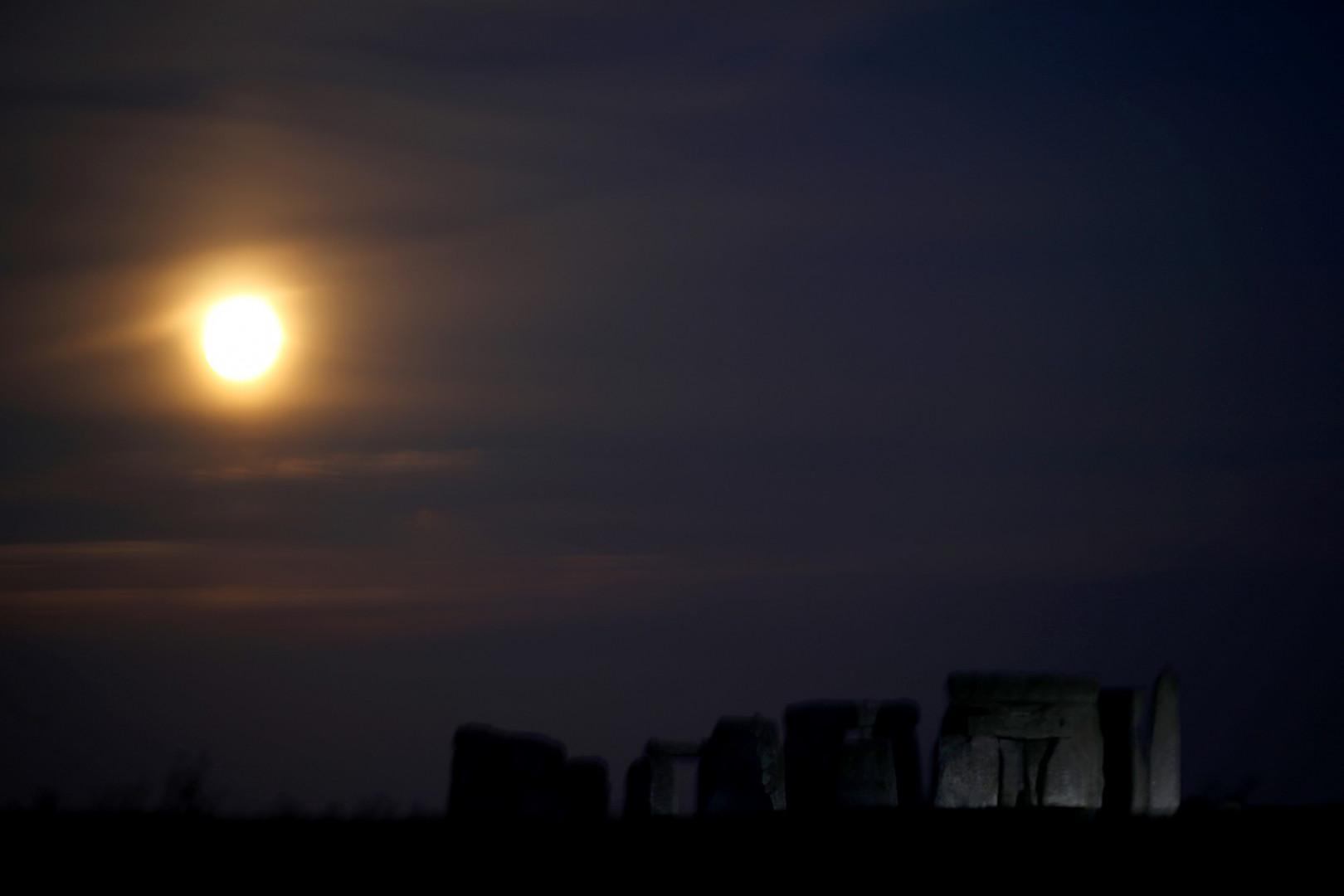 """La """"super Lune"""" se lève au-dessus de l'ancien monument de Stonehenge le 7 mars 2020 dans le Wiltshire, en Angleterre."""