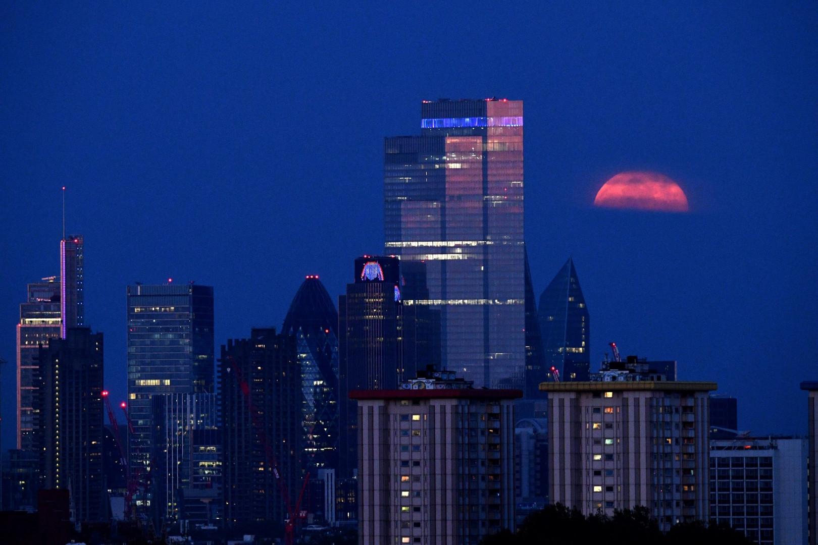 """Une """"super Lune"""" s'élève dans le centre de Londres le 7 mai 2020."""