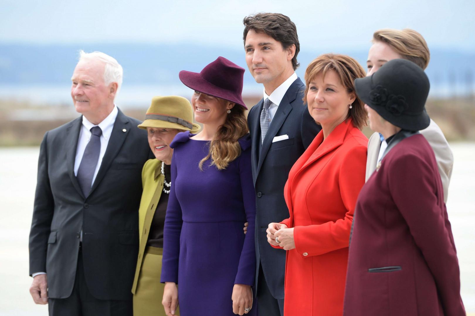 Le Premier ministre canadien Justin Trudeau, entouré de membres du gouvernement sur le tarmac de l'aéroport