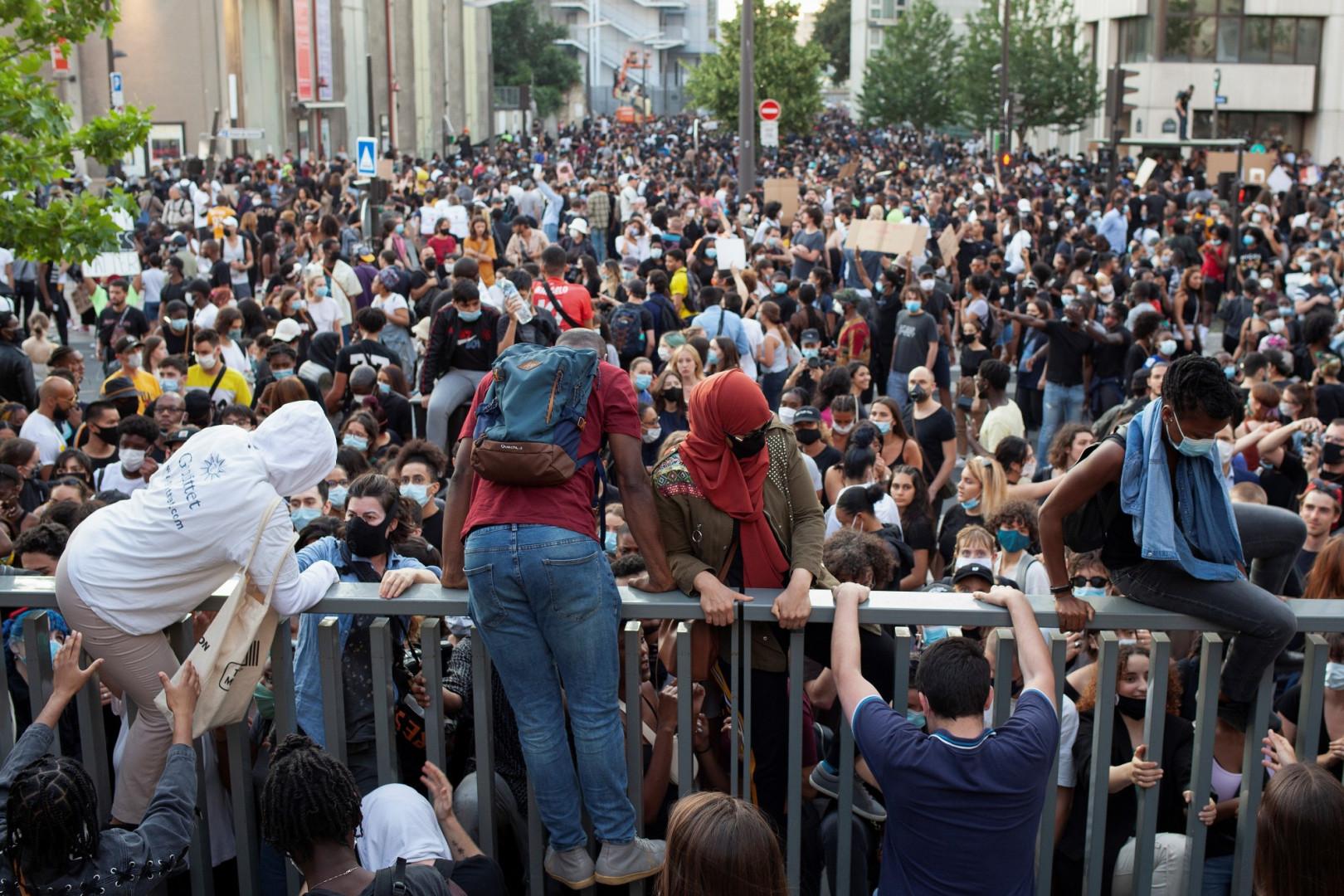 Des manifestants fuient les gaz lacrymogènes lancés par la police, mardi 2 juin, à Paris.