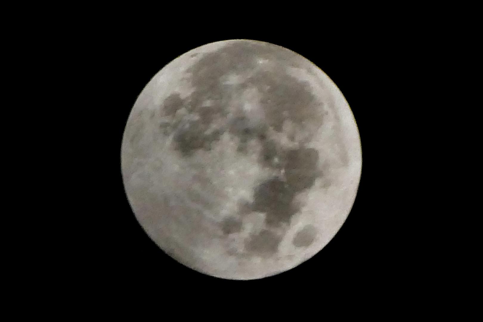 Une pleine lune pendant une éclipse pénombrale maximale à Jakarta, en Indonésie.