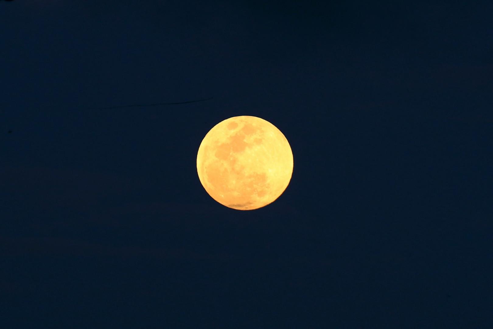 La pleine lune ce vendredi 5 juin lors de l'éclipse pénombrale à Colombo au Sri Lanka.