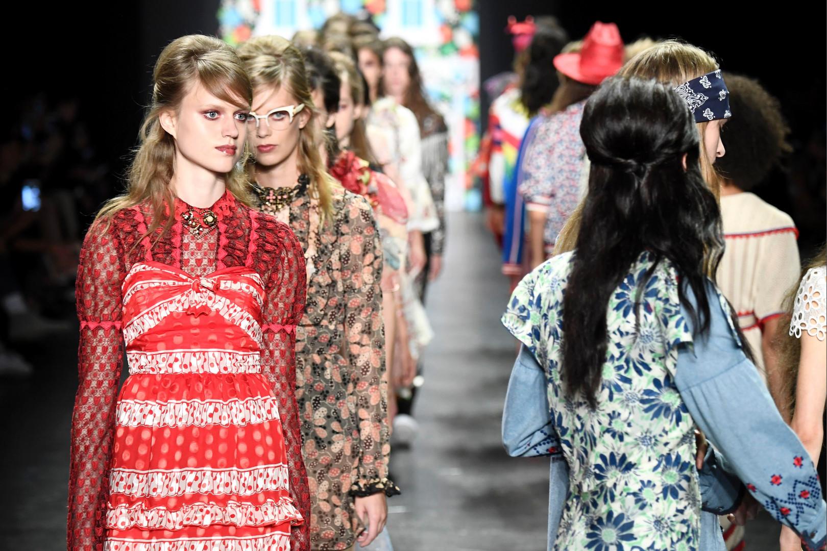 Des mannequins défilent pour Anna Sui - FW New York Printemps-été 2017