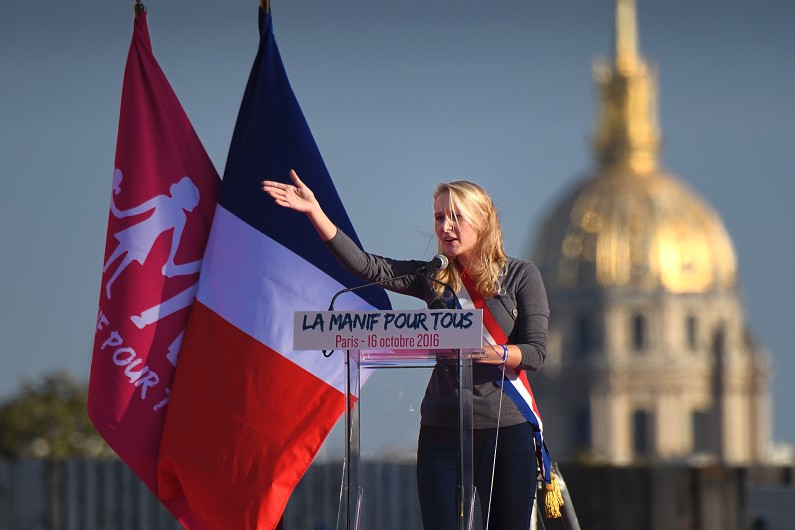Marion Maréchal-Le Pen sur l'estrade du Trocadéro lors du rassemblement de La Manif pour Tous le 16 octobre 2016
