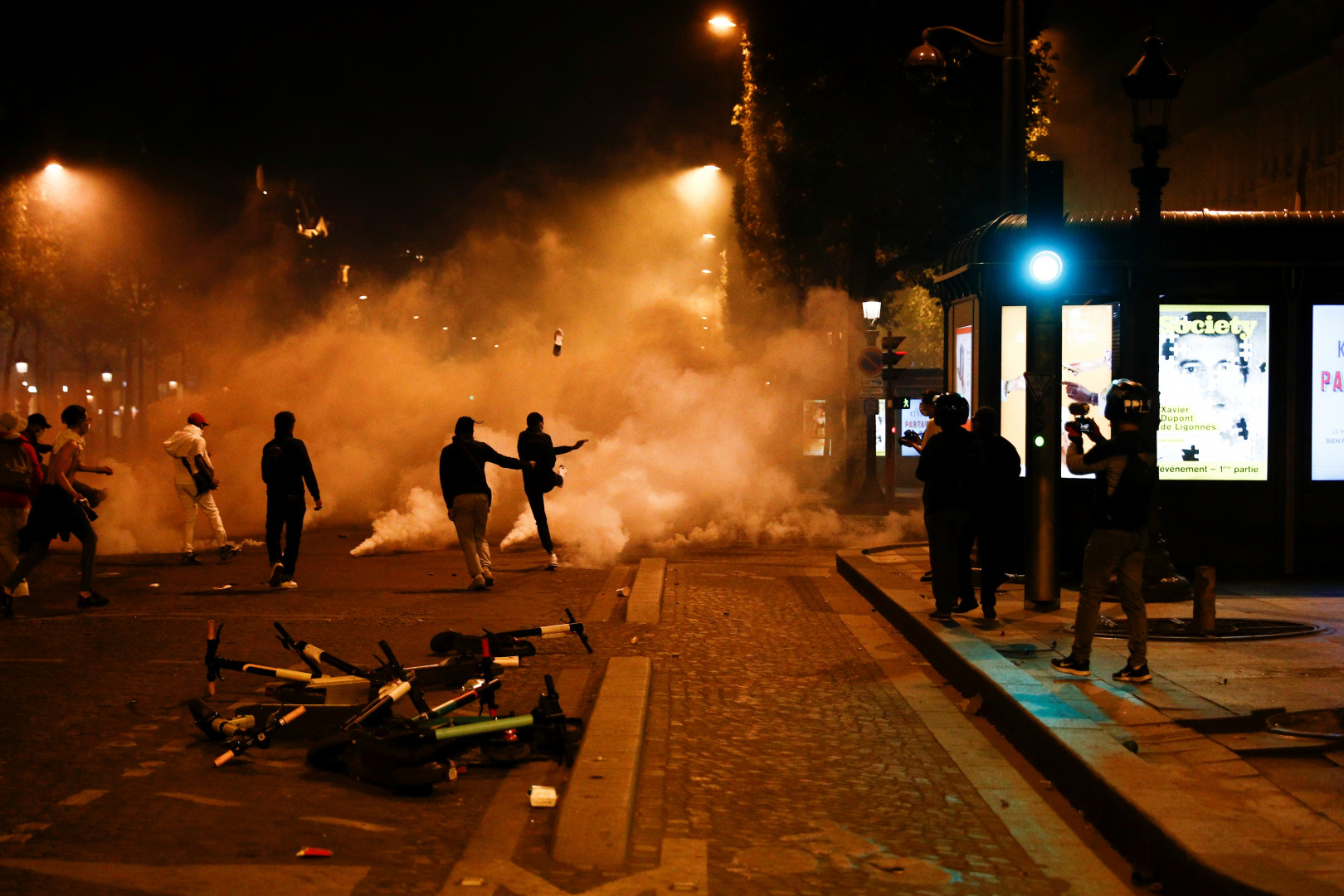 Des supporters shootent des bombes de gaz lacrymogène