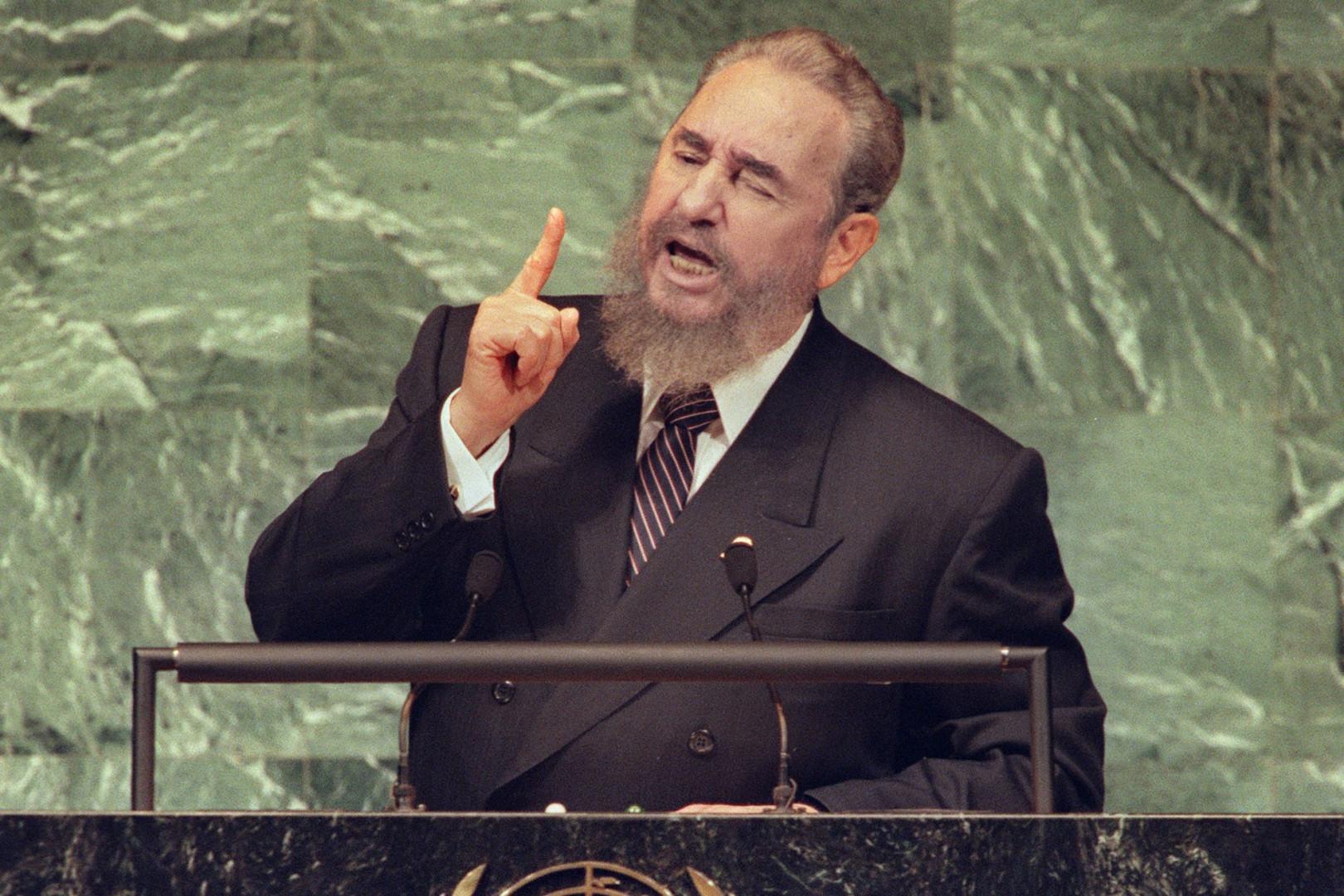 Fidel Castro s'exprime à la tribune dans un discours au siège de l'ONU en octobre 1995.