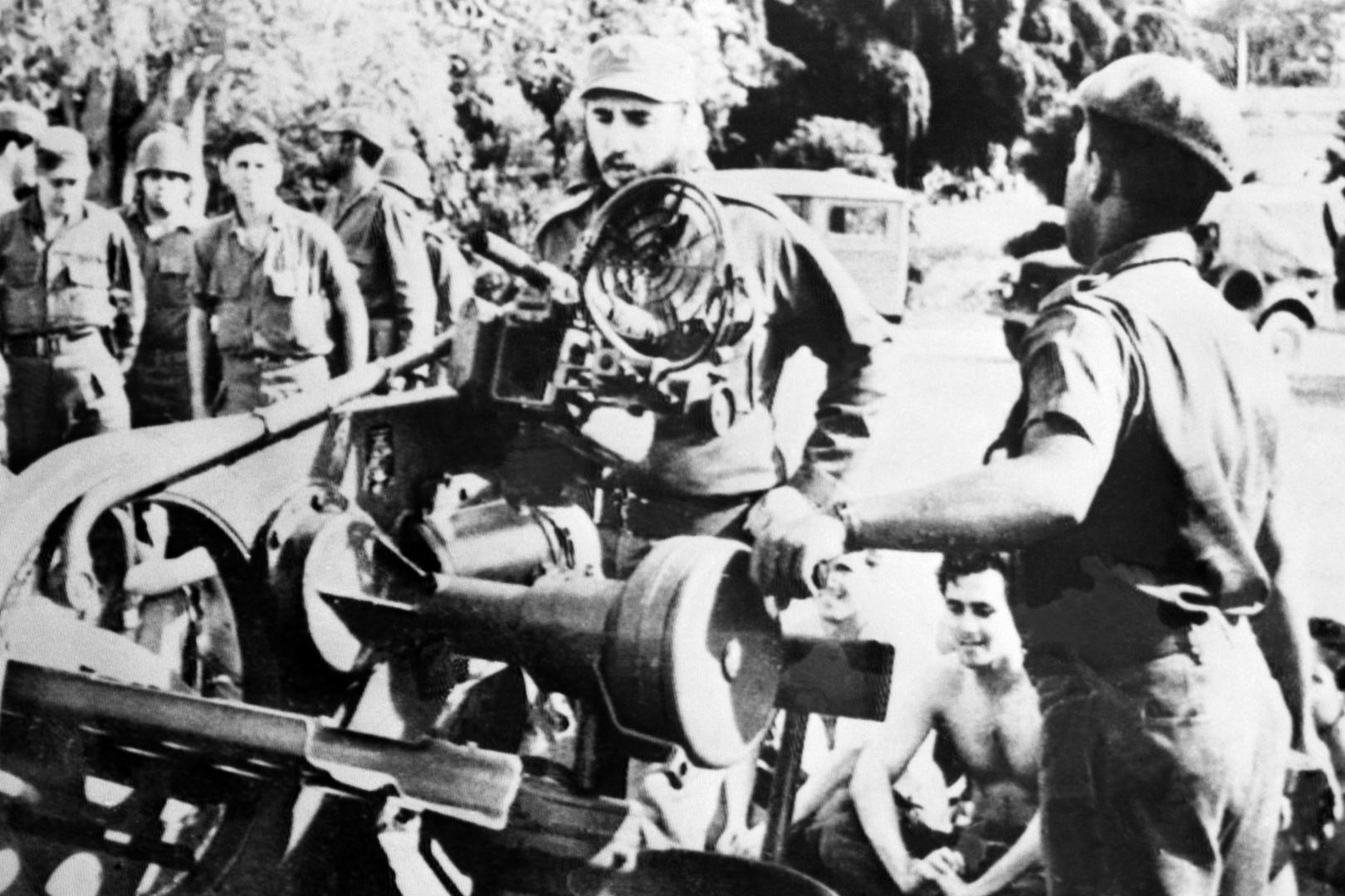 Fidel Castro inspecte des armes lors de la crise des missiles de Cuba en 1962.