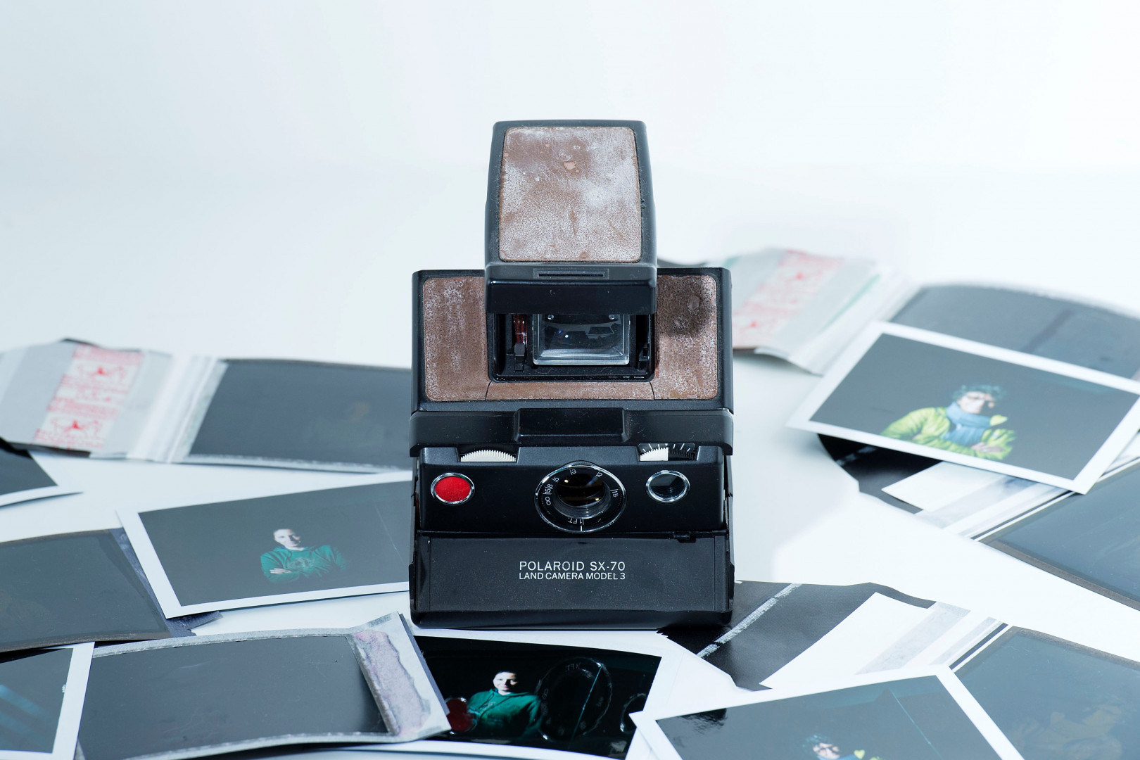 Un appareil photo polaroïd ancien (illustration)