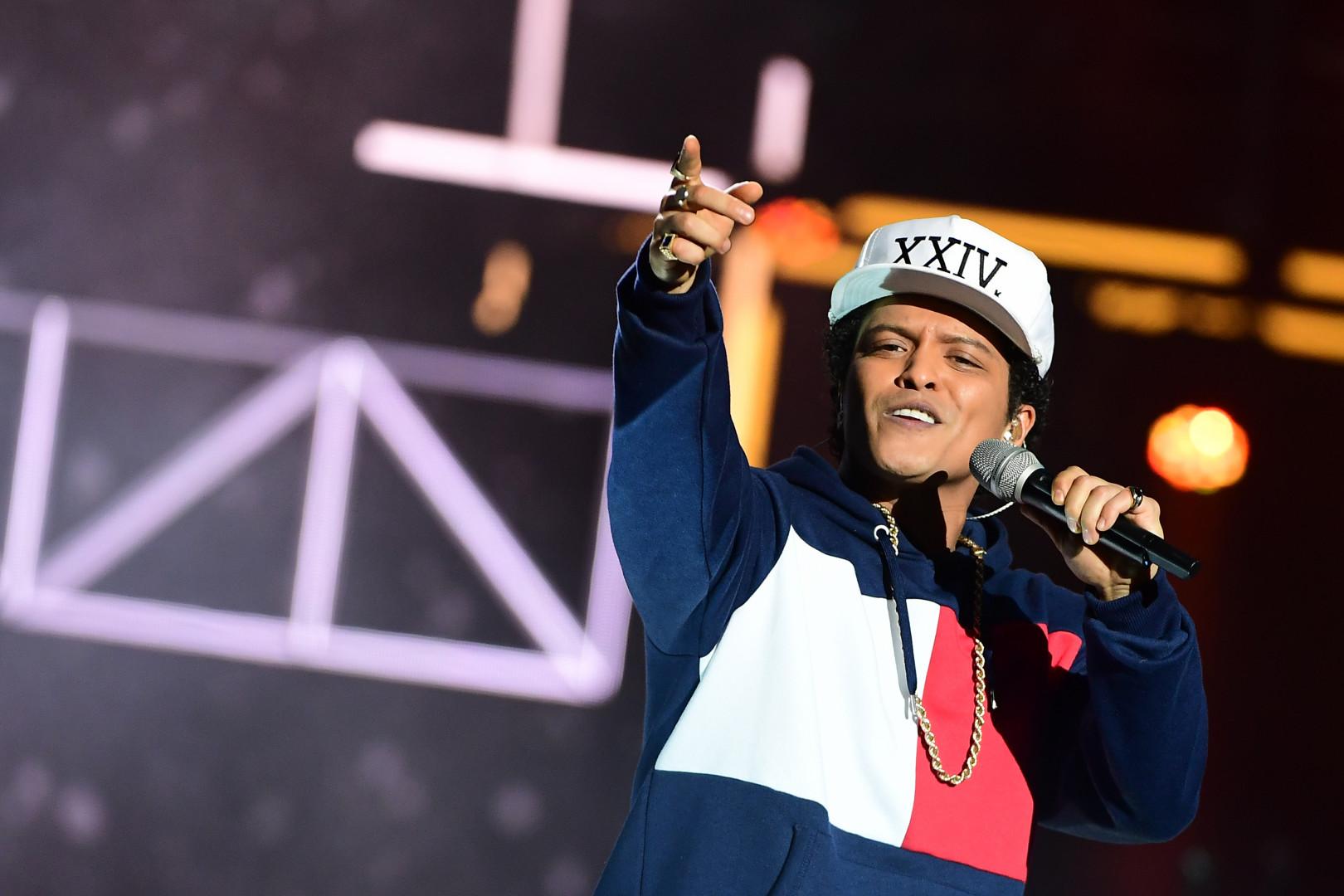 Bruno Mars, à l'occasion de la sortie de son nouvel album sera en tournée mondiale dès mars, avec le 31 à Lille, le 8 avril à Montpellier et les 5 et 6 juin 2017 à Paris.