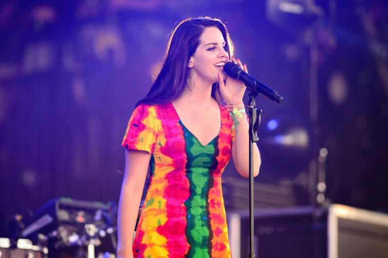 """Lana Del Rey devrait sortir un nouvel album studio en 2017, plein de """"surprises"""" et passerait ses journées en studio depuis fin novembre."""