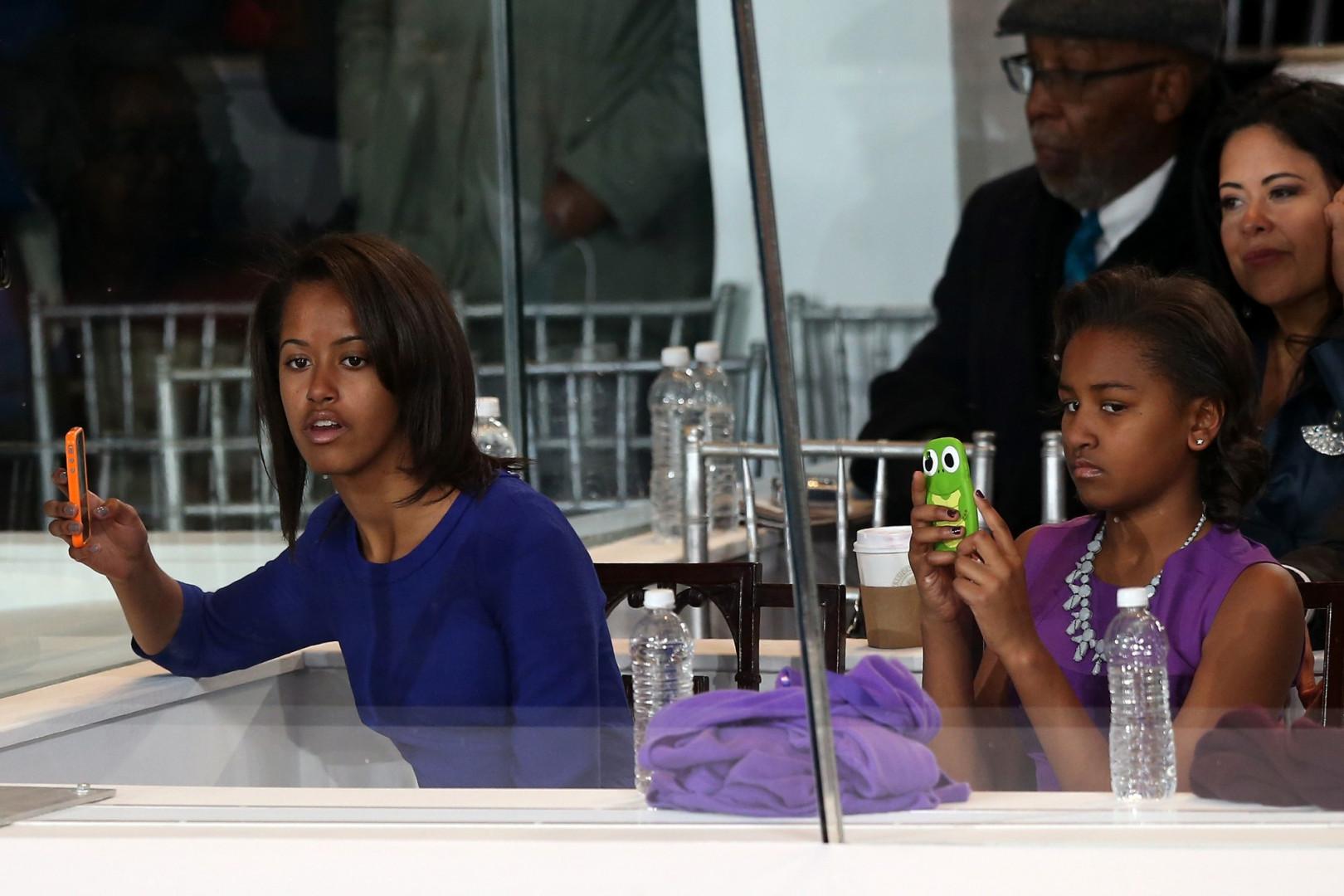 Avec leurs smartphones, les deux soeurs ne perdent pas une miette de la cérémonie d'inauguration de l'Aile ouest du Capitole. À moins que ce soit pour aller sur Facebook...