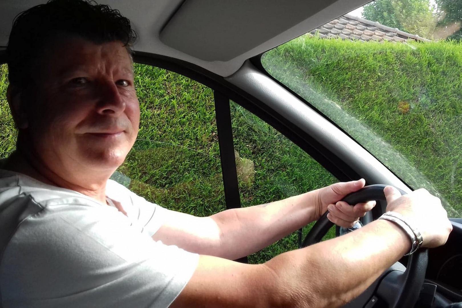 Yannick Dumont au volant de sa camionnette.