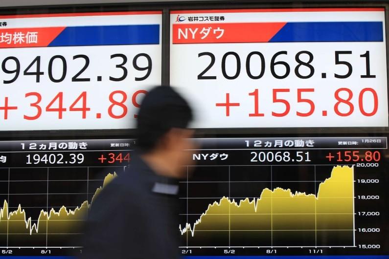 Le Dow Jones s'affichant à plus de 20.000 points à la Bourse de Tokyo, le 25 janvier 2017
