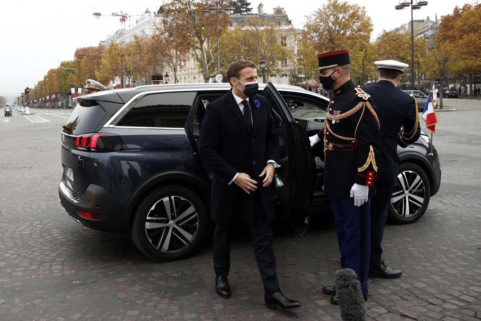 Emmanuel Macron arrive à l'Arc de Triomphe à Paris le 11 novembre 2020