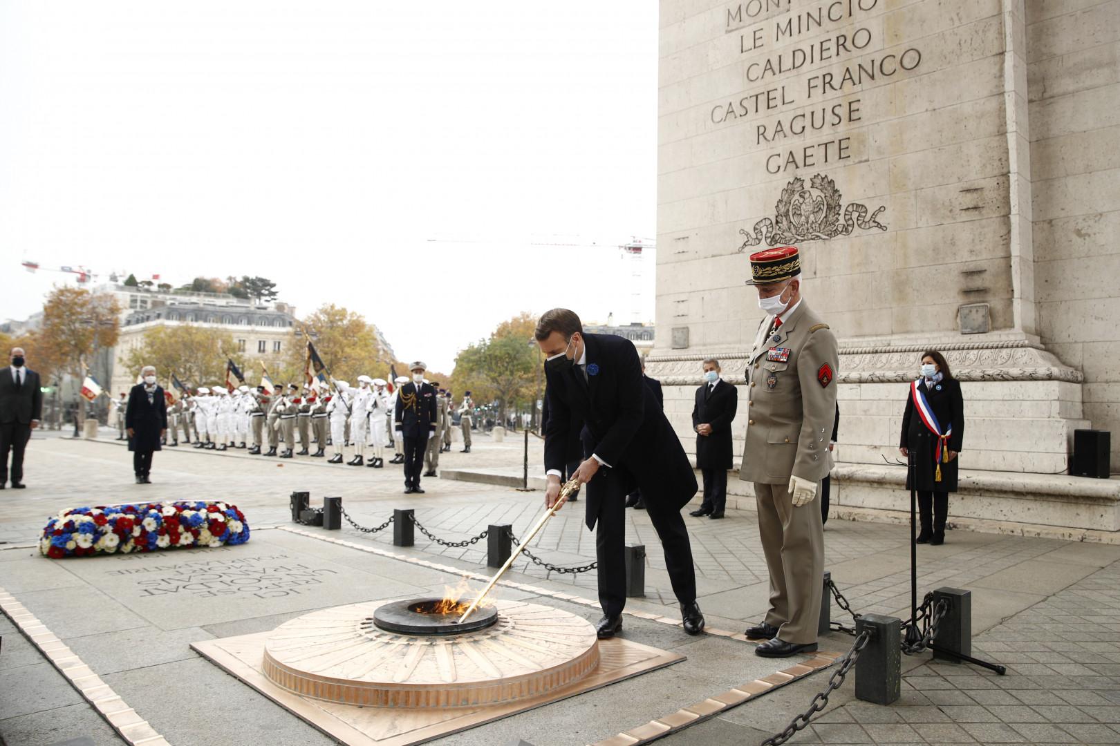 Emmanuel Macron ravive la flamme au-dessus de la tombe du Soldat inconnu le 11 novembre 2020