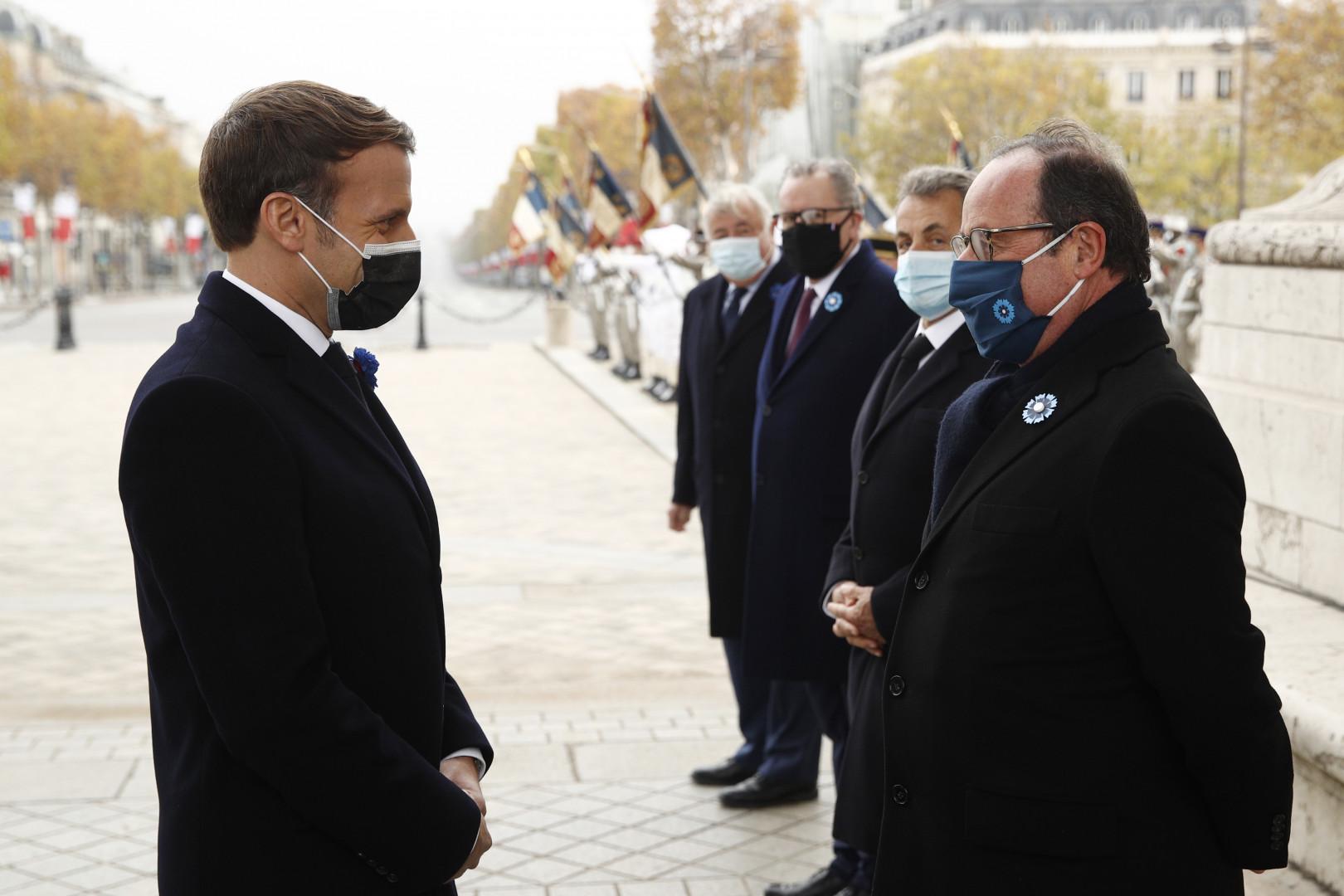 Emmanuel Macron salue François Hollande et les autres autorités civiles présentes à l'Arc de Triomphe le 11 novembre 2020.