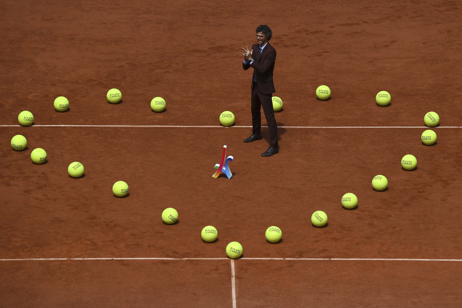 Gustavo Kuerten a été joliment célébré par les organisateurs du tournoi avant la finale de Roland-Garros 2017.