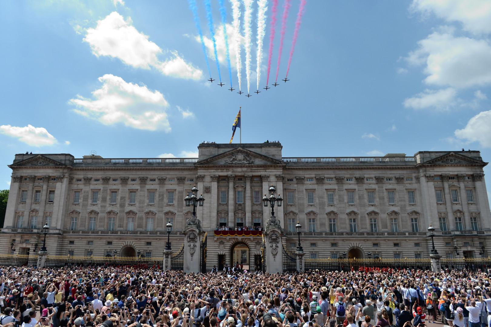 La foule amassée devant Buckingham Palace, lors de l'apparition de la famille royale sur le balcon du palais, le 17 juin 2017