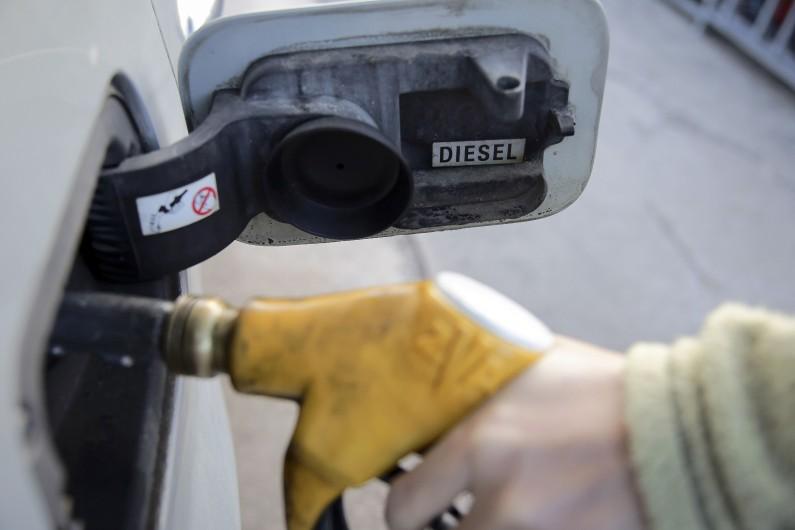 Une personne fait son plein de diesel à la pompe