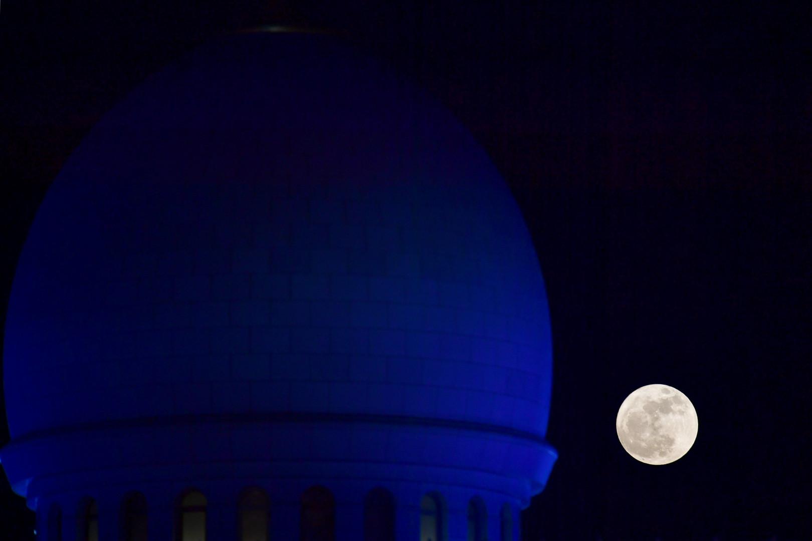 La Super Lune observée à Abu Dhabi (Émirats arabes unis), le 3 décembre 2017