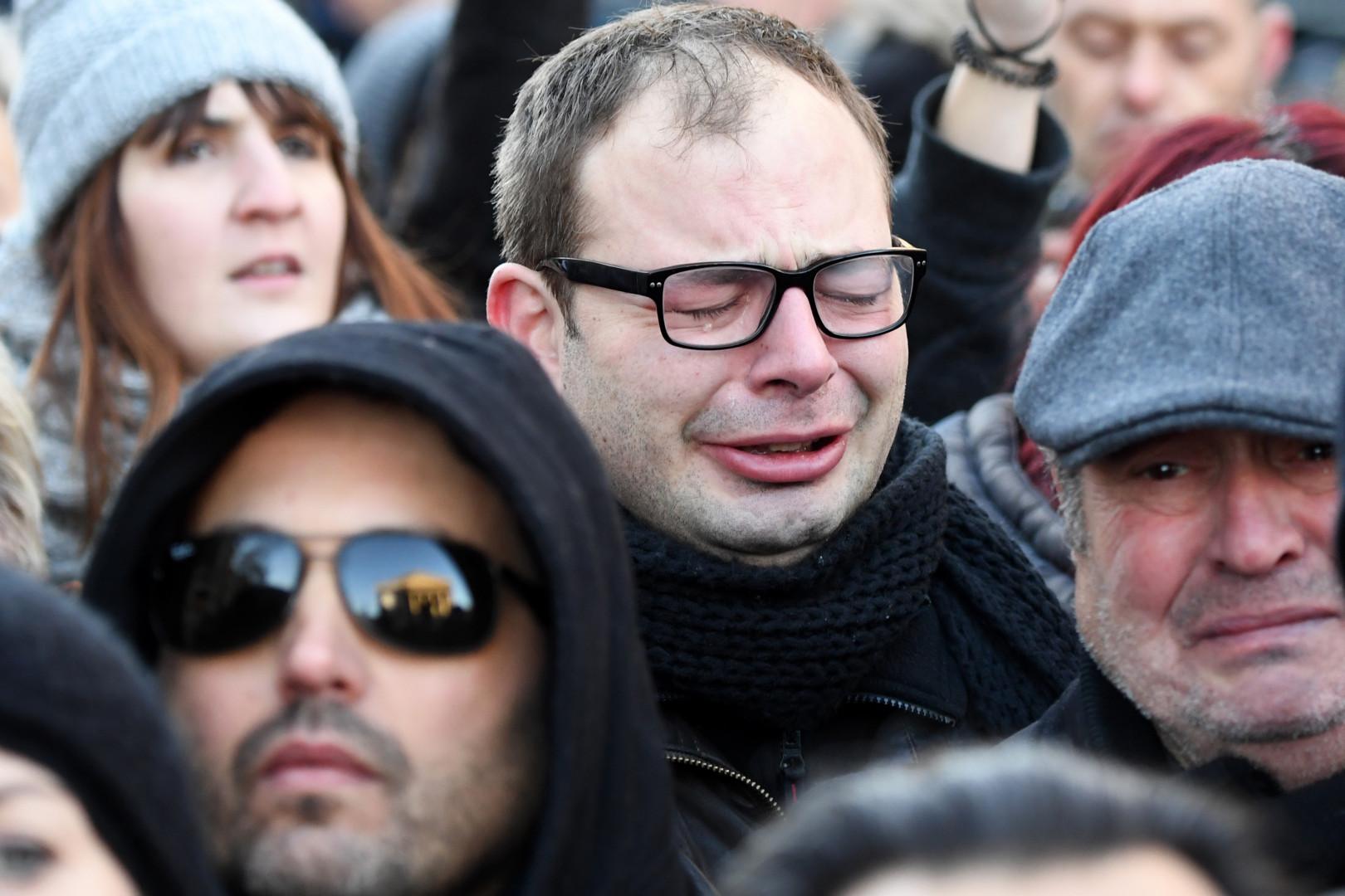 Un fan de Johnny en larmes le jour de l'hommage populaire rendu au Taulier du rock.