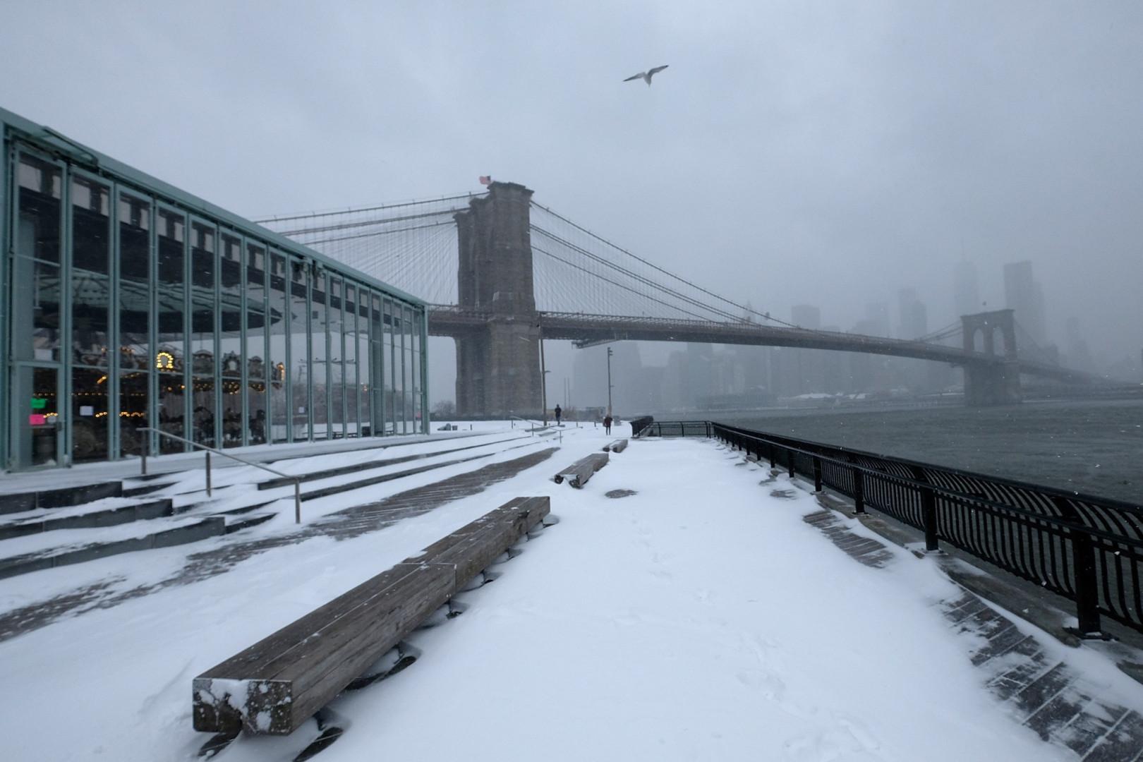 À New York, le pont de Brooklyn est entièrement sous la neige, comme le reste de la ville