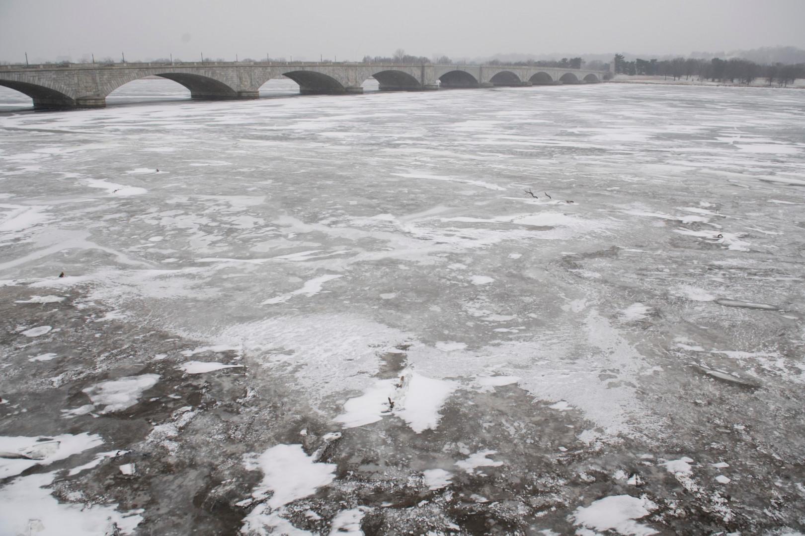La rivière Potomac, à Washington, est complètement gelée en surface