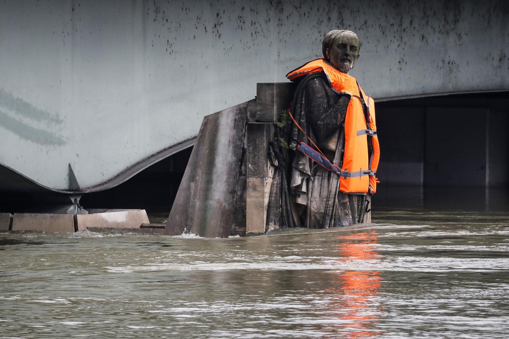 Le zouave du pont de l'Alma, toujours la moitié du corps immergée dans la Seine ce 4 février au cours d'une lente décrue, s'est vu revêtir un gilet de sauvetage pour une opération de communication