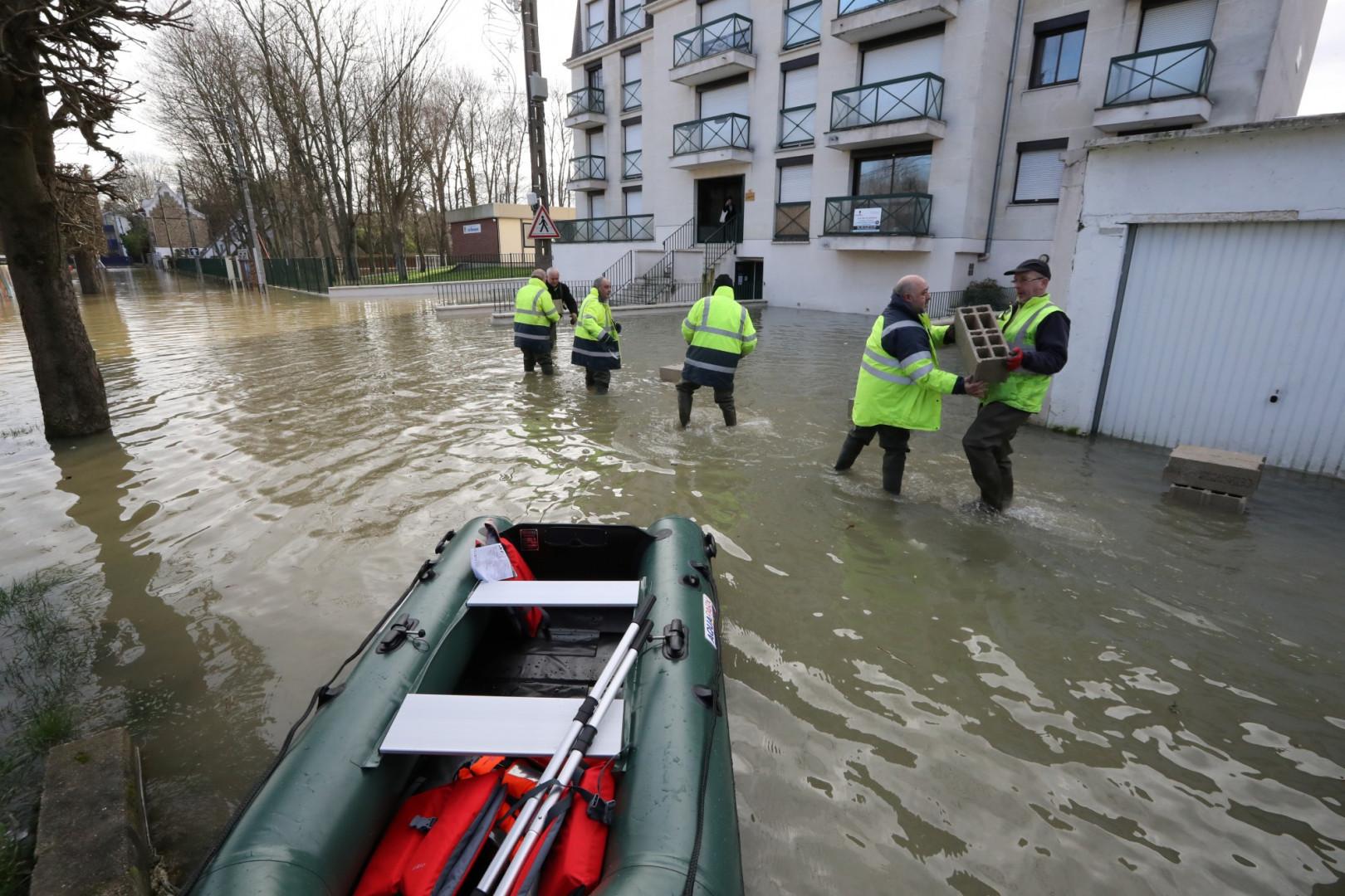 Des employés municipaux apportent leur pierre à l'édifice pour parer aux inondations à Gournay-sur-Marne (Seine-Saint-Denis) le 2 février 2018