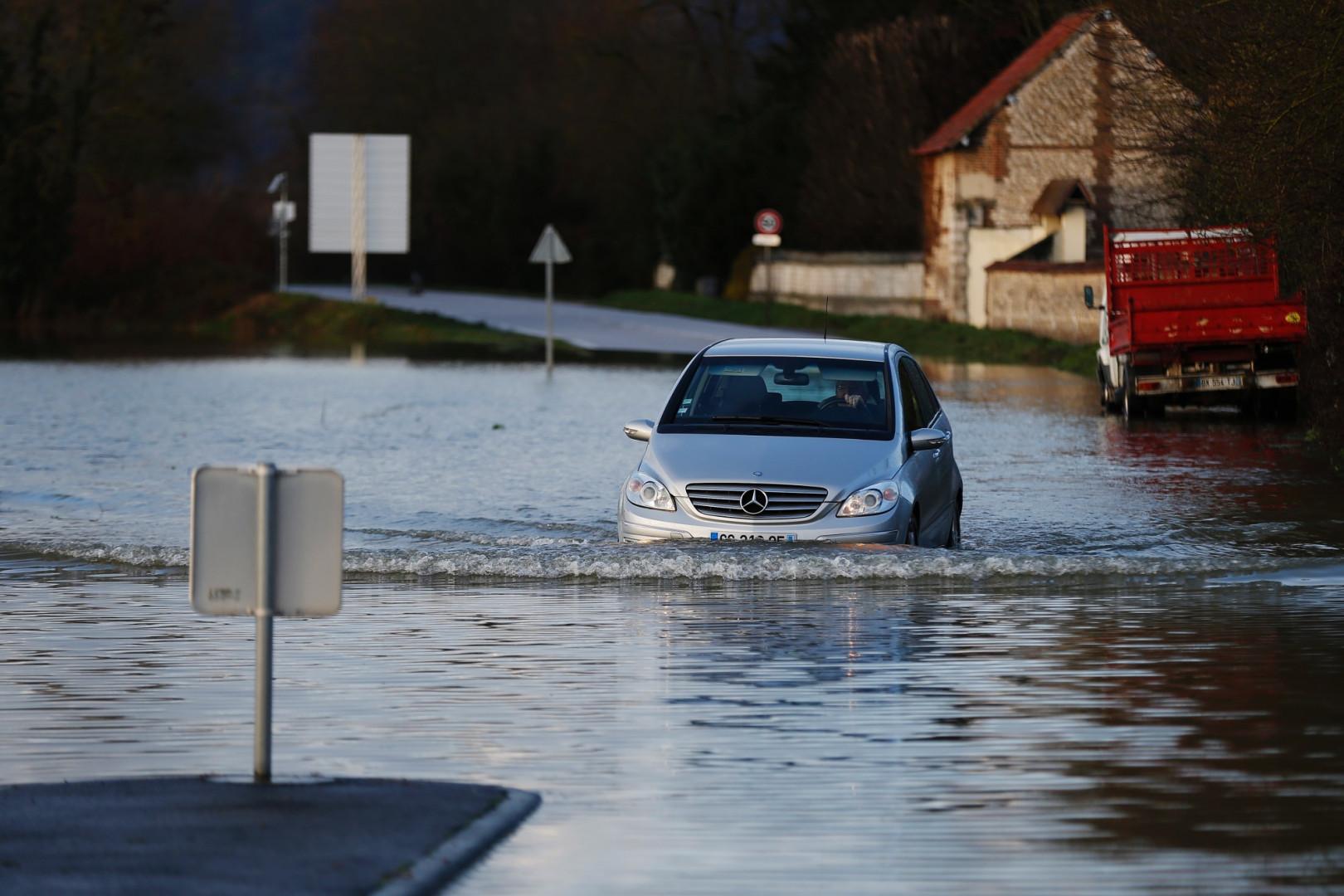 Une voiture tente d'avancer dans les eaux de la Seine à Cléon, près de Rouen, le 1er février 2018